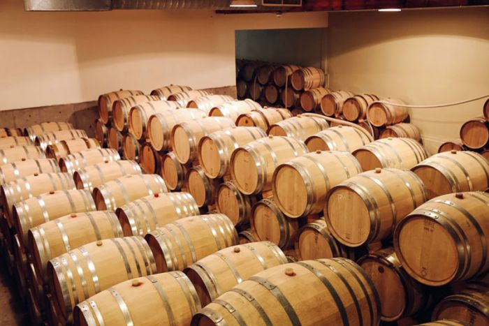Customized oxygenation barrels for controlled wine aging
